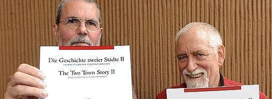 Die Geschichte zweier Städte präsentieren Erich Bremm (l.) und Klaus Lohmann (r.). Foto: Monika Kirsch / WAZ FotoPool